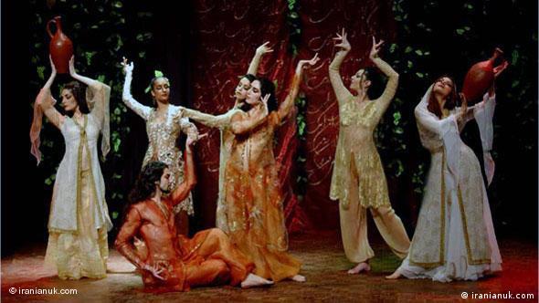 شاهرخ مشکینقلم (نشسته) رقصها و نمایشهای فراوانی را در خارج از کشور بر اساس آثار کلاسیک ادبیات فارسی اجرا کرده است