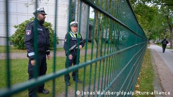Deutschland Nach der Attacke vor Hamburger Synagoge (Jonas Walzberg/dpa/picture-alliance)
