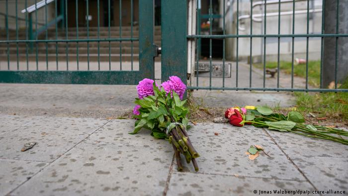Цветы на месте нападения возле гамбургской синагоги