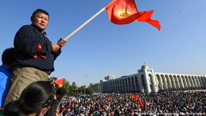 A man holds a Kyrgyz flag during a rally against the parliamentary elections results, in Bishkek, Kyrgyzstan. (Tabyldy Kadyrbekov/Sputnik/dpa/picture-alliance)