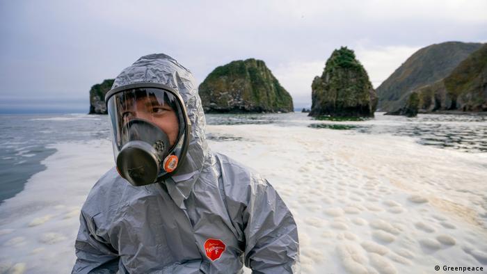 Эксперт Гринпис Россия исследует загрязнение на Халактырском пляже на Камчатке