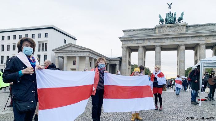 На акции солидарности со Светланой Тихановской у Бранденбургских ворот 5 октября
