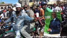 25.9.2020, Conakry, Guinea, Supporters of Guinean opposition leader Cellou Dalein Diallo gesture and hold posters as they parade in the streets of Conakry as part of Guinea presidential campaign on September 25, 2020. (Photo by Cellou BINANI / AFP) (Photo by CELLOU BINANI/AFP via Getty Images)