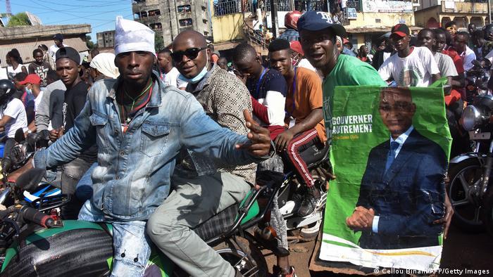 Cellou Dalein Diallo, ici sur les affiches tendues par ses partisans, a déjà accusé le président Alpha Condé d'instrumentaliser les divisions ethniques