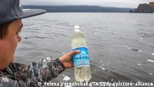 Russland, Wasserproben von der Avacha-Bucht, die mit Öl kontaminiert sind