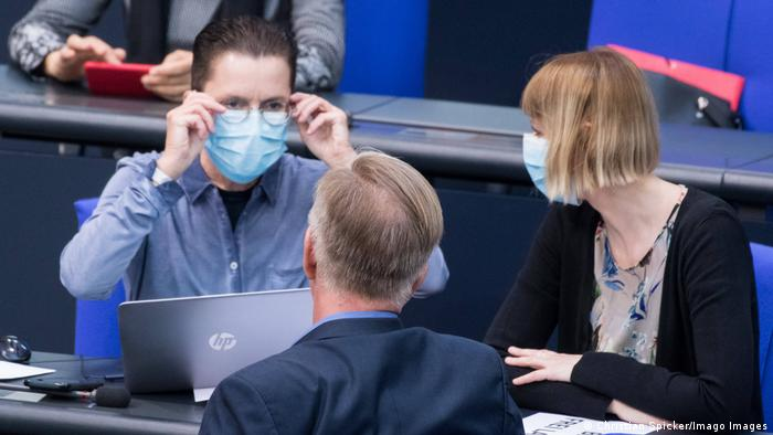 German members of the Bundestag, wearing facemasks, in conversation in the chamber. Archive photo, April 22, 2020. (Christian Spicker/Imago Images)