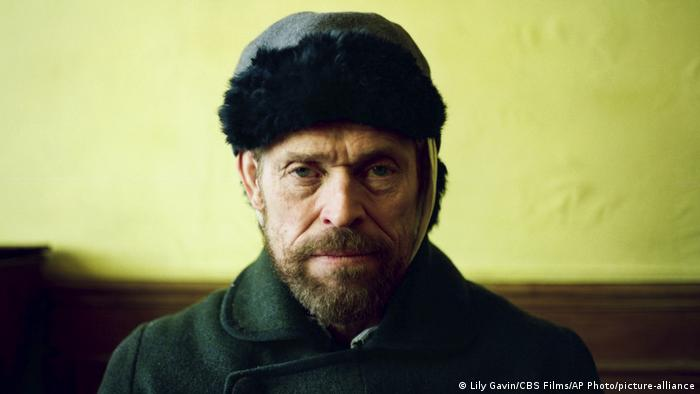 Willem Dafoe blicht als Van Gogh frontal in die Kamera. (Lily Gavin/CBS Films/AP Photo/picture-alliance)
