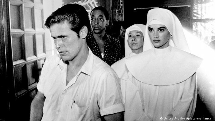 Willem Dafoe and two nuns, a film still from 'Saigon: Off Limits' (United Archives/picture-alliance )