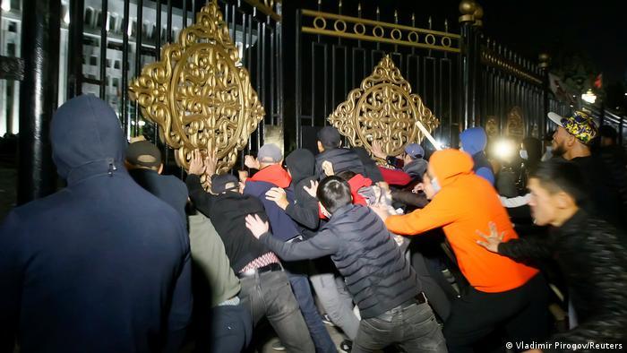 حمله معترضان به مقر دولت در بیشکک، پنجم اکتبر ۲۰۲۰