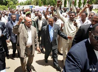 Rais wa Sudan, Omar al_bashir akiwapungia mkono wananchi wakati wa ziara yake Kusini mwa Sudan