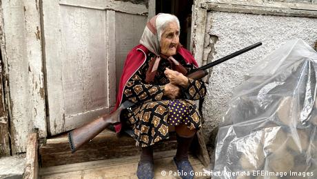 Starica sa puškom na vratima svoje kuće u Stepanakertu, glavnom gradu samoproglašene Republike Nagorno-Karabah. Oružani sukobi između Azerbejdžana i Jermenije zbog te teritorije traju od 27. septembra 2020. godine.