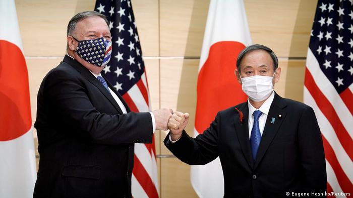 Menteri Luar Negeri AS, Mike Pompeo (ki.) usai bertemu PM baru Jepang, Yoshihide Suga, Selasa (6/10).