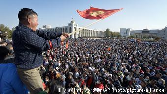 Протестующие у здания парламента Киргизии 5 октября 2020 года
