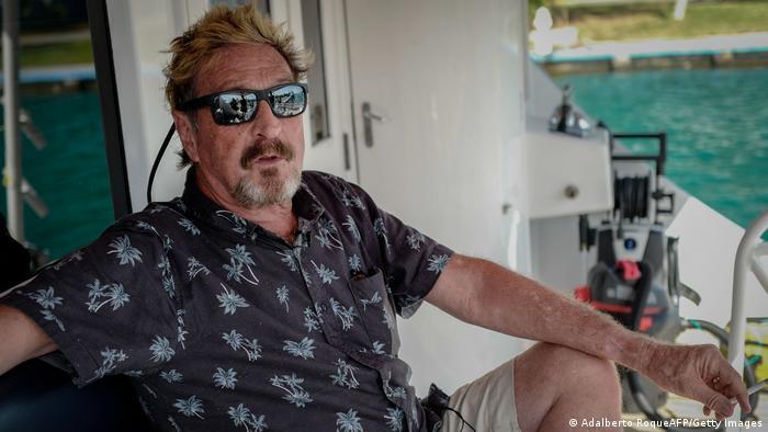 John McAfee, de 75 años, creador del famoso antivirus informático del mismo nombre, fue hallado muerto en la celda que ocupaba en una cárcel en España. Poco antes, la Audiencia Nacional española había autorizado su extradición a Estados Unidos por supuesta evasión de impuestos. Según las autoridades, todo apunta a que McAfee se suicidó (23.06.2021).