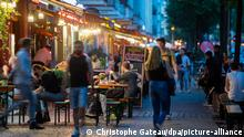 People in bars in the Berlin district of Friedrichshain, 23.09.2020. (Christophe Gateau/dpa/picture-alliance)