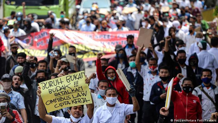 Demo omnibus law (Fauzan/Antara Foto/Reuters)