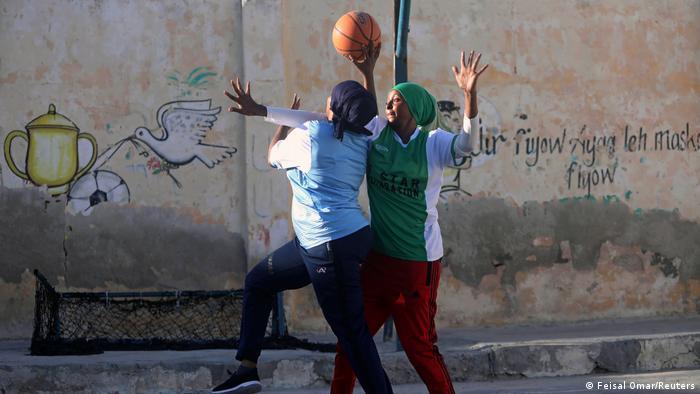 Zwei Frauen in Mogadischu spielen Basketball