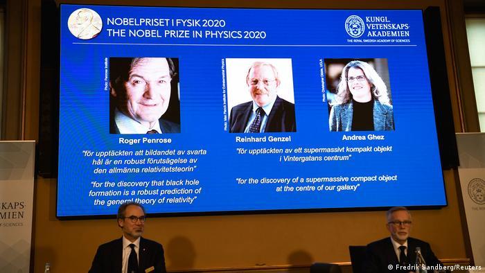 Los investigadores Roger Penrose (Reino Unido), Reinhard Genzel (Alemania) y Andrea Ghez (Estados Unidos) lograron el Nobel de Física 2020 por sus descubrimientos en torno a los agujeros negros y su relación con la teoría de la relatividad. Ghez se convierte así en la cuarta mujer que gana un Premio Nobel de Física (06.10.2020).