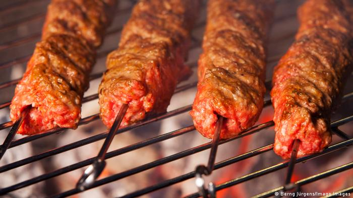 meatball skewers on the grill (Berng Jürgens/Imago Images)