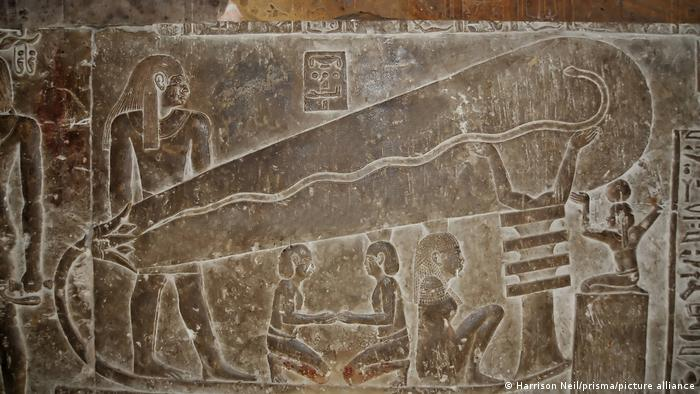 The Dendera relief resembling a huge light bulb (Harrison Neil/prisma/picture alliance)