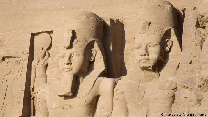 Pharahonic figures sculpted in temple of Abu Simbel (imagebroker/picture alliance)