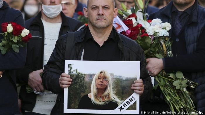 Жители Нижнего Новгорода на церемонии прощания с журналисткой, главным редактором онлайн-издания Koza Press Ириной Славиной, 6 октября 2020 года