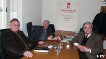 Führung des Verbundes der Vereine J. B. Tito in Bosnien-Herzegowina mit Vorsitzendem Faruk Sijaric rechts und Geschäftsführer Mulo Hadzic in der Mitte, sowie Generalsekretär Sabro Haskovic, links, in Sarajewo (Foto: DW)