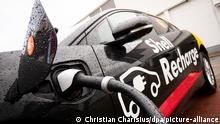 04.02.2020, Hamburg: Ein Elektrofahrzeug steht an einer neuen Ladesäule für Elektrofahrzeuge bei einem Presse-Event von Shell Deutschland zum Thema Energie der Zukunft auf dem Gelände des Shell Technology Center. Der Energiekonzern hat sich zum Ziel gesetzt, im globalen Durchschnitt seinen Netto-CO2-Abdruck bis 2050 um rund die Hälfte zu reduzieren. Foto: Christian Charisius/dpa +++ dpa-Bildfunk +++ | Verwendung weltweit
