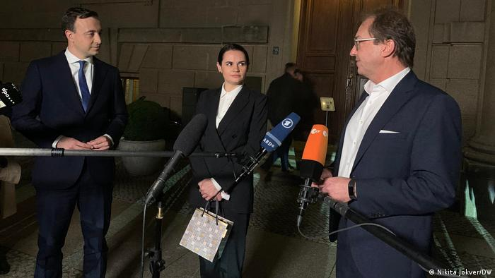 Пауль Цимиак, Светлана Тихановская и Александер Добриндт (слева направо) после встречи во фракции консерваторов