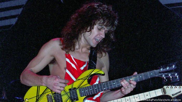"""Sa pesmama kao što je """"Jump"""" i """"Beat It"""" ispisao je istoriju rokenrola. Rođen je u Amsterdamu, a njegova porodica ubrzo se seli u Kaliforniju. Tamo je sa bratom Aleksom i pevačem Dejvidom Li Rotom osnovao bend Van Hejlen sa kojim je izdao 12 studijskih albuma. Edi van Hejlen, jedan od najpoznatijih i najuticajnijih svetskih rok-gitarista, preminuo je u 65. godini posle duže bolesti."""