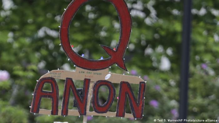 Логотип движения QAnon