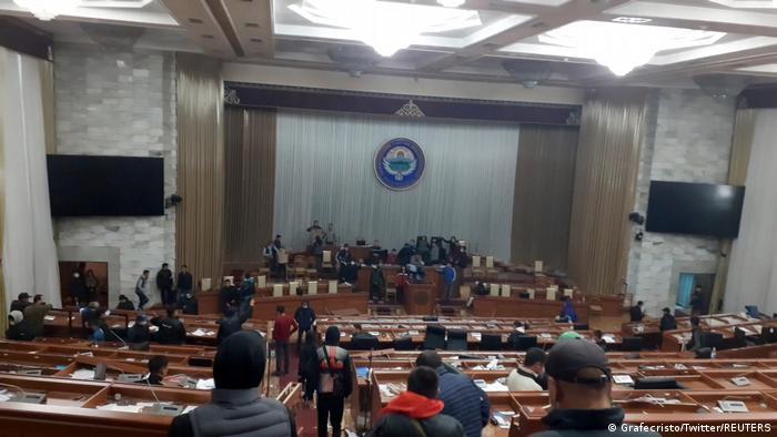 Kirgisistan l Prostest nach Parlamentswahl im Parlament (Grafecristo/Twitter/REUTERS)