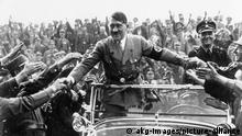 Parteitag NSDAP/ Hitler begruesst Anhaenger Nuernberg, Reichsparteitag 1933 (1.-3. September). - Hitler, im Automobil, wird von einer jubelnden Menschenmenge begruesst.- Foto, September 1933. |