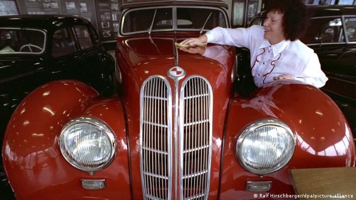 Такие автомобили выпускались по приказу маршала Жукова в Айзенахе с 1949 года. Сначала эта модель называлась BMW-327, а затем - EMW-327