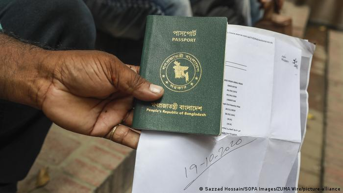 Bangladesch Dhaka Wanderarbeiter warten auf Flugtickets nach Saudi-Arabien