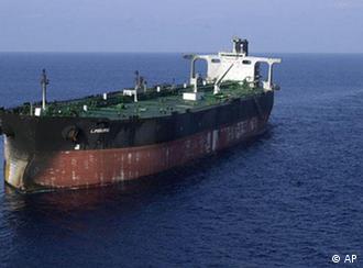 رویترز میگوید نفتکشهای ایران در خلیج فارس به انبار نفت تبدیل شدهاند