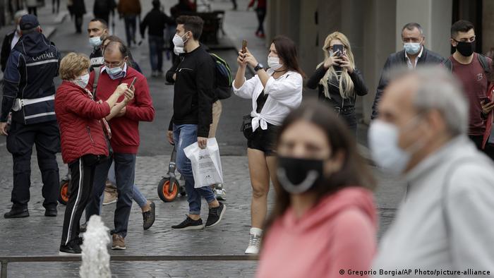 Italien Rom Touristen mit Maske (Gregorio Borgia/AP Photo/picture-alliance)
