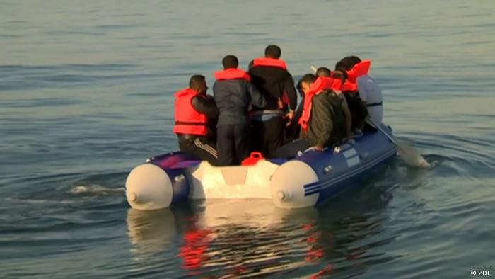 Беженцы на лодке пересекают Ла-Манш