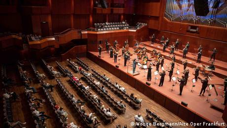 Audience and musicians spaced out at the The Alte Oper in Frankfurt (Wonge Bergmann/Alte Oper Frankfurt)