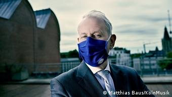 Louvrens Langevoort outside the Cologne Philharmonie wearing a blue face mask