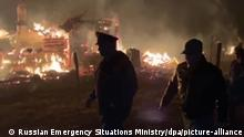 07.10.2020, Russland: 6351326 07.10.2020 In this handout video grab released by the Russian Emergency Situations Ministry, Emergency Situations Minister Yevgeny Zinichev, right, inspects the area where residential buildings were damaged as a result of the fire at an ammunition depot near the village of Zheltukhino, Ryazan region, Russia. The fire broke out on October 7 leading to the detonation of its contents, members of staff and military personnel evacuated. Shortly afterward, Emercom commenced evacuation of residents of the villages within a radius of several kilometers of the burning depot, more than 1,600 people in total. Editorial use only, no archive, no commercial use. Russian Emergency Situations Ministry Foto: Russian Emergency Situations Ministry |