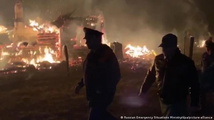 Сотрудники МЧС у склада боеприпасов в Рязанской области