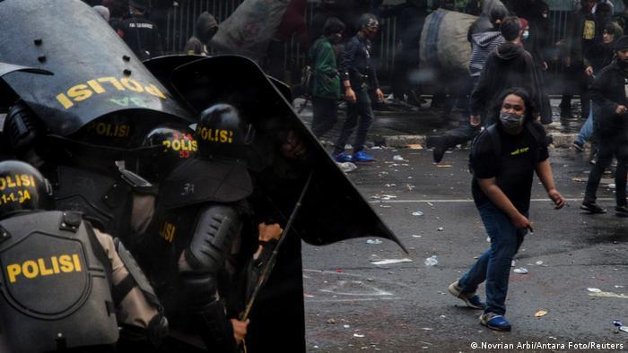 Сутички протестувальників з поліцією в Індонезії