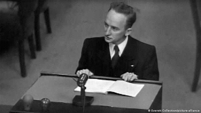 75 Jahre Nürnberger Prozesse: Benjamin Ferencz steht in Anwaltsrobe und Krawatte vor einem Pult (Everett Collection/picture alliance).