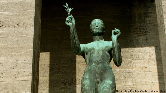 Arno Breker sculpture 'The Victress'