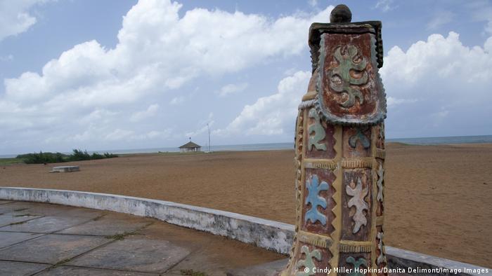 Monumen 'Point of No Return' di rute penjualan budak di Benin, Afrika.