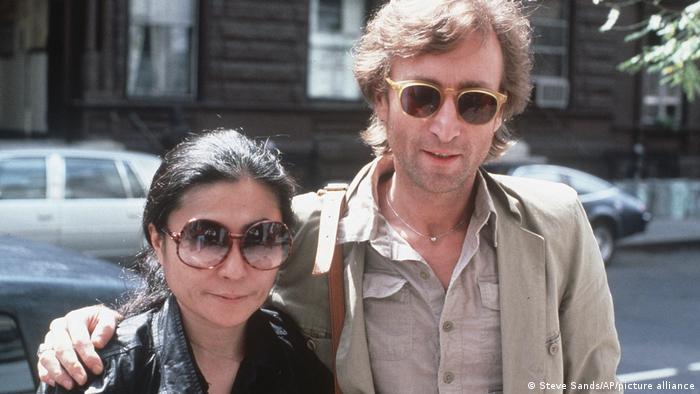 Yoko Ono and John Lennon wearing sunglasses in 1980. (Steve Sands/AP/picture alliance)