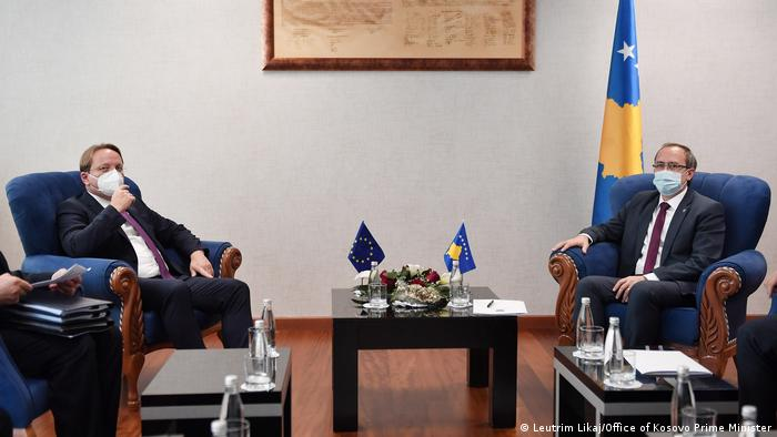 Kosovo Premierminister Avdullah Hoti und EU-Kommissar für Erweiterung und Nachbarschaftspolitik OIiver Varheyli (Leutrim Likaj/Office of Kosovo Prime Minister)