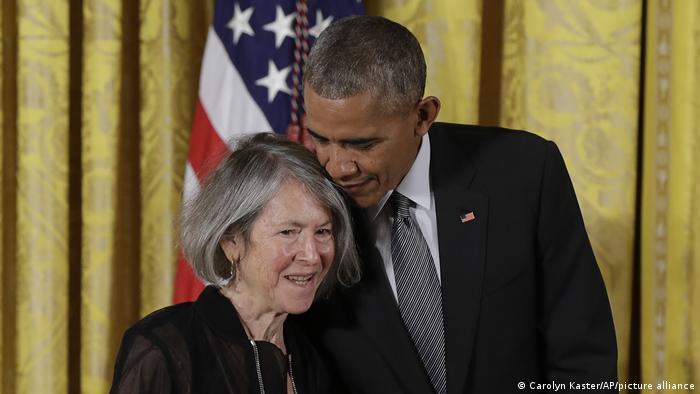 نوبل ادبی ۲۰۲۰ به لوئیز گلوک، شاعر آمریکایی رسید. گلوک که در سال ۱۹۴۳ میلادی به دنیا آمده، تا کنون جوایز متعددی به دست آورده و از جمله به عنوان ملکالشعرای آمریکا برگزیده شده است. آکادمی نوبل در استدلال خود برای گزینش گلوک اعلام کرد که او این جایزه را به خاطر زبان منحصربهفرد شاعرانهاش دریافت میکند. نوبل ادبی جایزهای نقدی بالغ بر ۹۵۰ هزار یورو را نیز شامل میشود. گلوک در کنار اوباما.