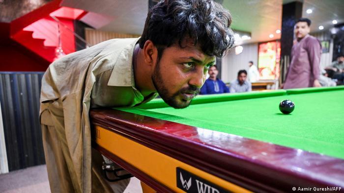 Pakistan Muhammad Ikram spielt Snooker ohne Arme